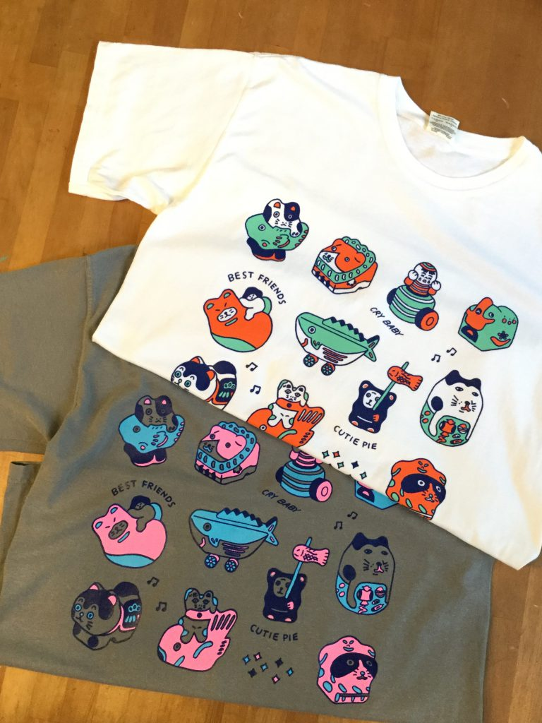 T-shirt on which many toys are drawn