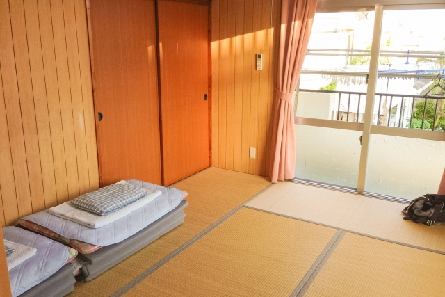 A room with tatami flooring and futons