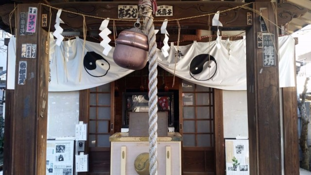 Oiwa Shrine. A rope hands to ring a bell to call the gods.