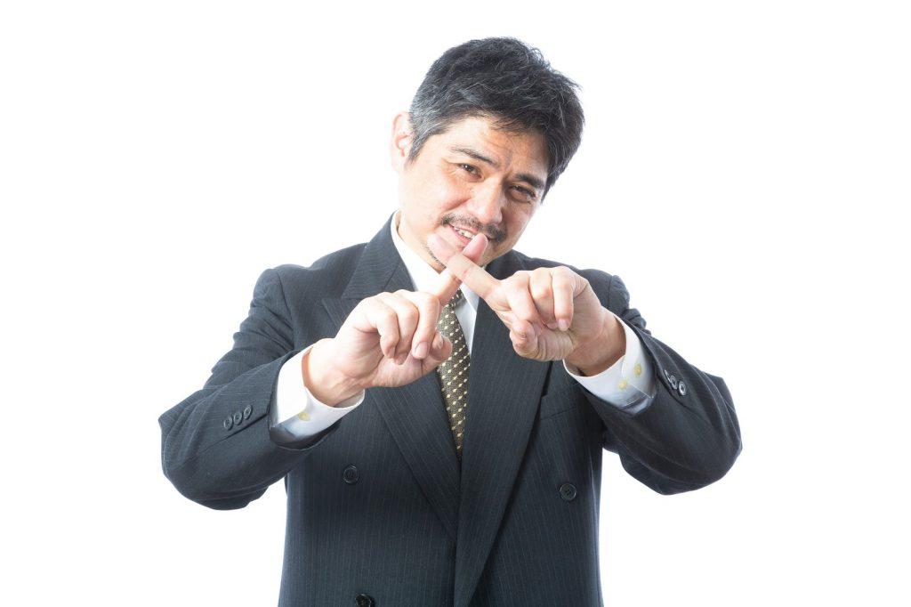 ネクタイを締める男性  中程度の精度で自動的に生成された説明