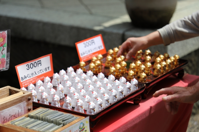 Lucky cat-shaped oracles on sale at a shrine