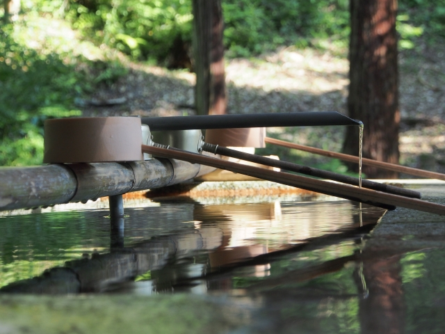 Bamboo ladles are put on top of a water basin