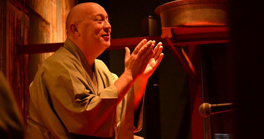 Cyril Coppini dressed in kimono telling a rakugo story